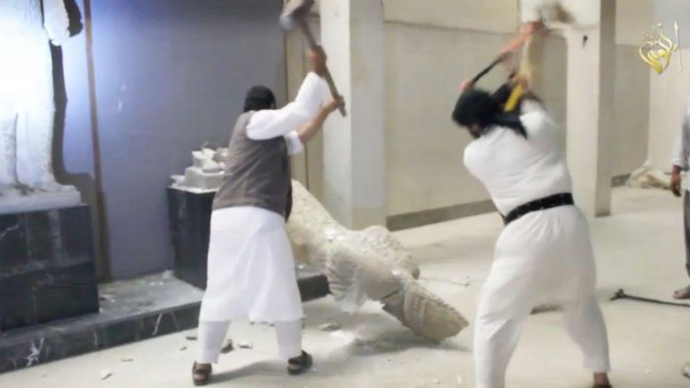 Los milicianos del ISIS destruyen a martillazos esculturas de más de 3.000 años