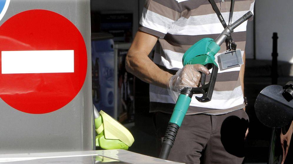 Foto: Foto de archivo de un conductor repostando en una gasolinera de Madrid. (EFE)
