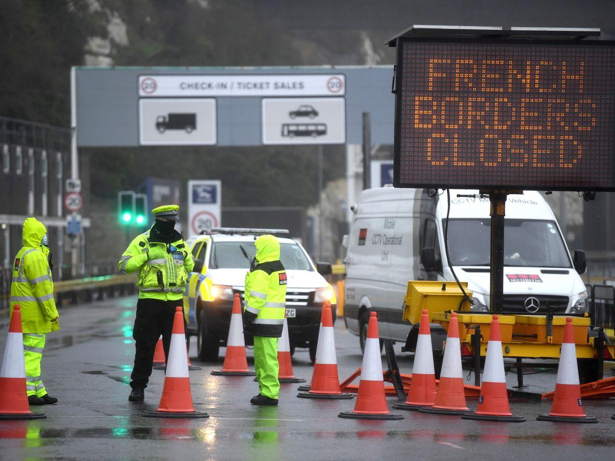 Foto: Entrada al puerto de Dover, cerrado desde la noche del domingo para cruzar a Francia. (EFE)