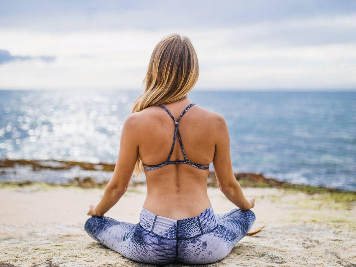 Foto: Encuentra en Amazon todo lo necesario para practicar yoga. (Patrick Malleret para Unsplash)