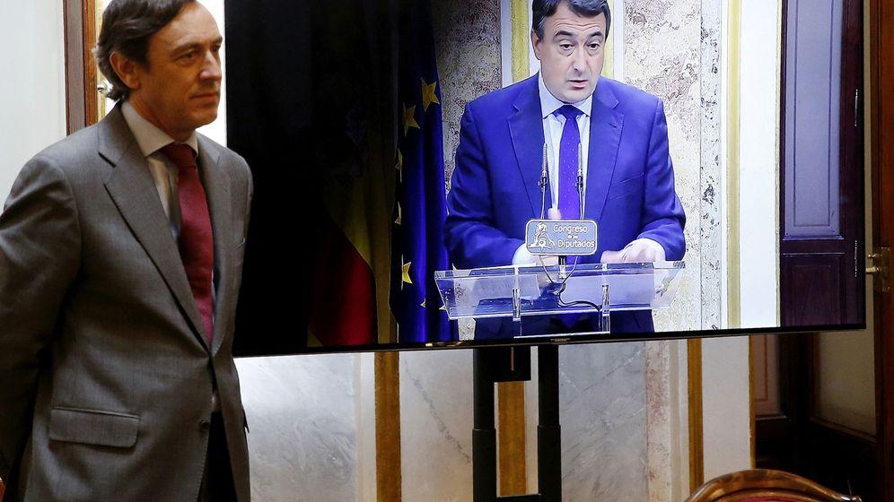Foto: El portavoz parlamentario del PP, Rafael Hernando, durante la declaración del portavoz del PNV en el Congreso, Aitor Esteban. (EFE)
