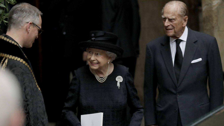 Isabel II y el duque de Edimburgo, en el funeral de la condesa Mountbatten. (Getty)