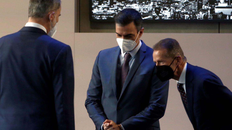 Felipe VI, junto al presidente del Gobierno, Pedro Sánchez (c), y el presidente del Grupo Volkswagen, Herbert Diess. (EFE)