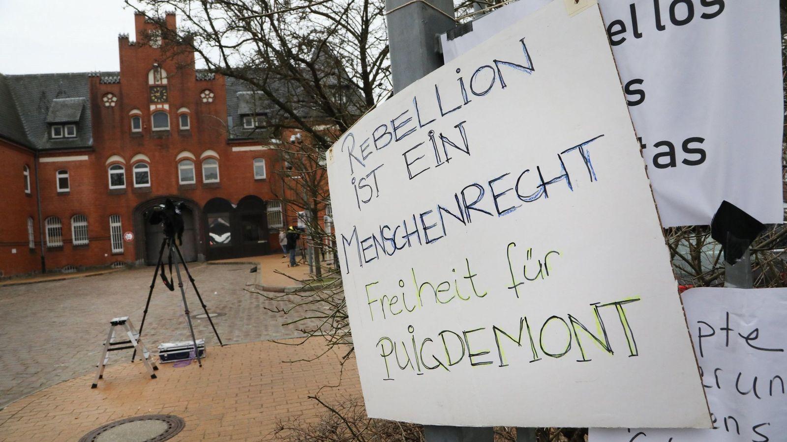 Foto: Un cartel con el lema 'La rebelión es un derecho humano. Libertad para Puigdemont'. (EFE)