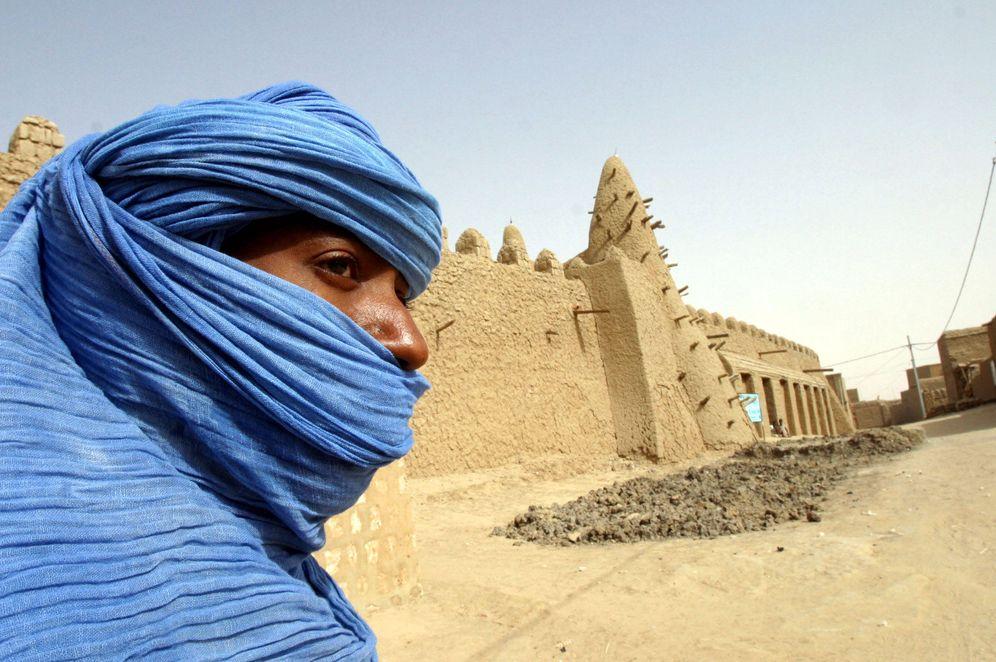 Foto: Una nómada tuareg ante una mezquita del siglo XIII en Tombuctú, Mali. (Reuters)