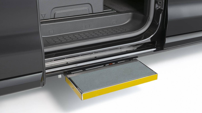 En los modelos destinados a servicio de taxi, se incorpora un escalón lateral señalizado que facilita el acceso.