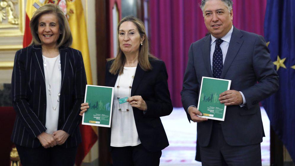 Foto: La ministra de Empleo, Fátima Báñez (i), entrega a la presidenta del Congreso el informe anual del Fondo de Reserva. A la derecha, el secretario de Estado de la Seguridad Social, Tomás Burgos. (EFE)