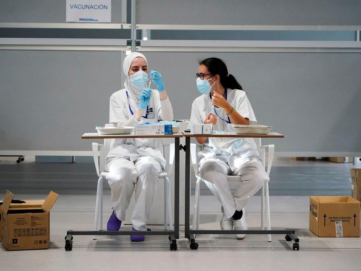 Foto: Dos enfermeras en el hospital Isabel Zendal. (Reuters)