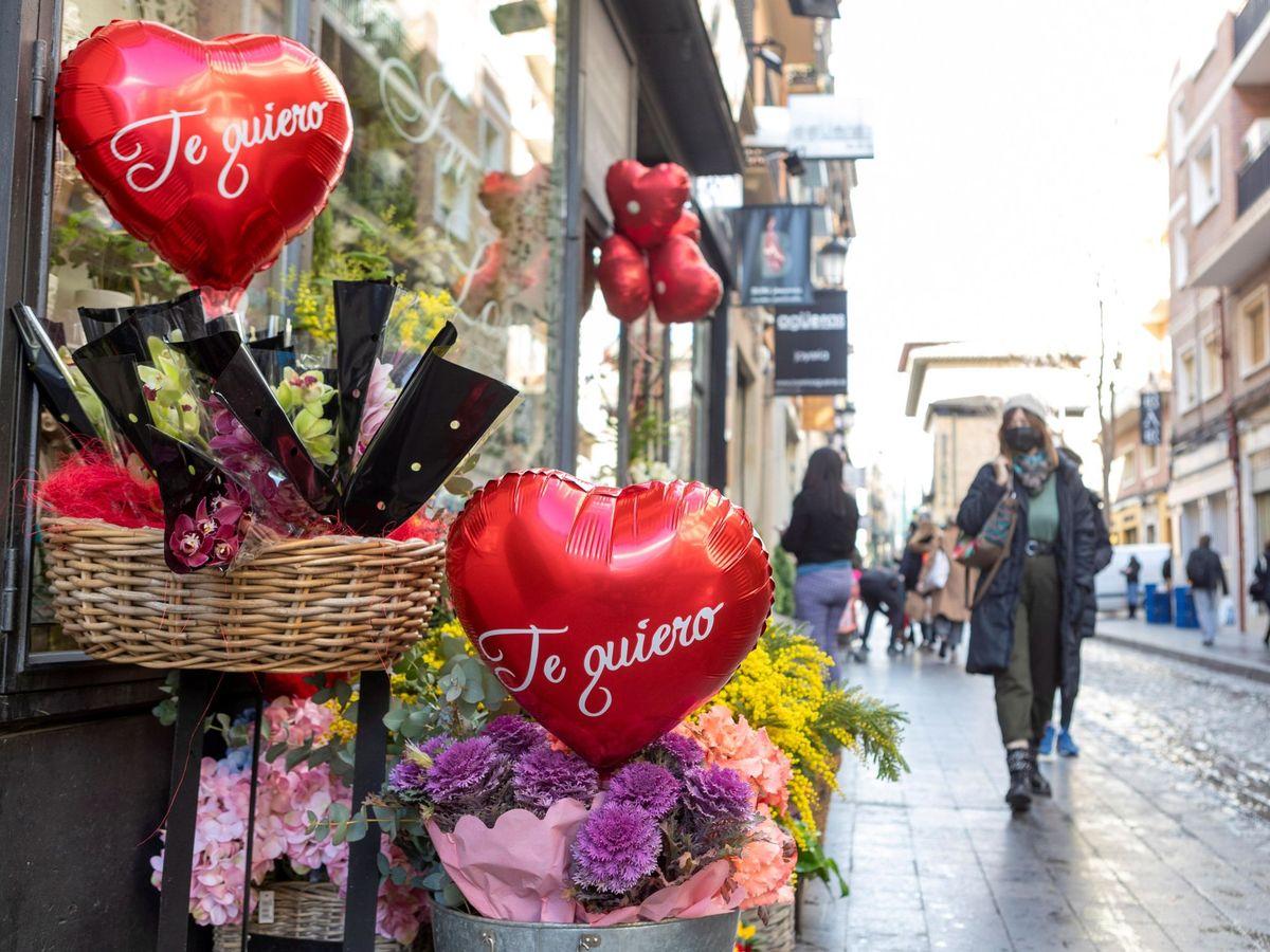 Foto: Flores y corazones en el día de San Valentín de una floristería de Zaragoza (EFE)
