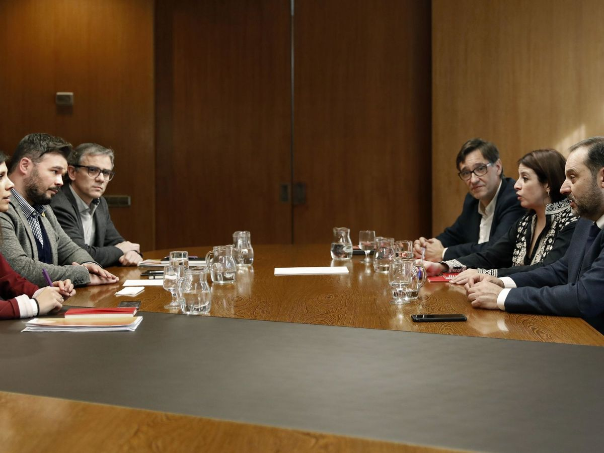 Foto: Los negociadores de PSOE (Salvador Illa, Adriana Lastra y José Luis Ábalos) y ERC (Josep Maria Jové, Gabriel Rufián y Marta Vilalta), este 10 de diciembre en Barcelona. (EFE)