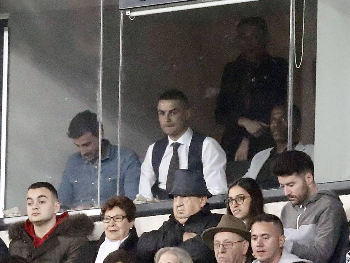 Foto: Cristiano Ronaldo, en un palco del Santiago Bernabéu. (Baldesca Samper)