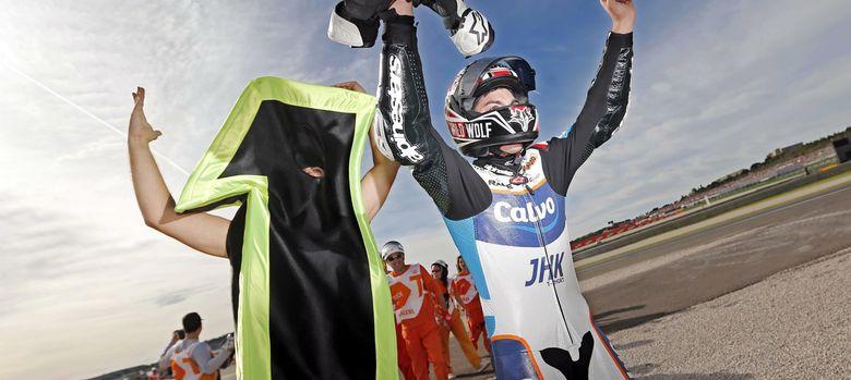 Foto: Maverick Viñales celebra la victoria y su título mundial (Efe).