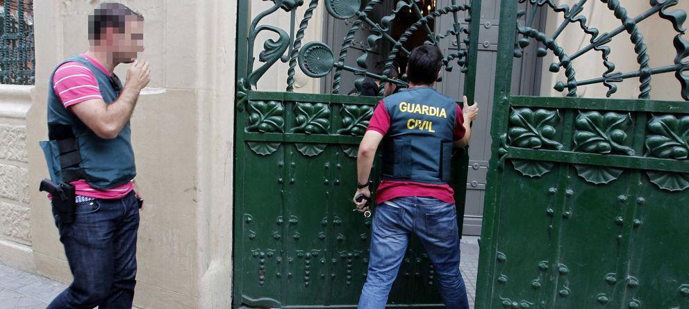 Foto: La Guardia Civil entra en la sede Sociedad General de Autores y Editores de Madrid, en 2011. Comenzaba la operación SAGA. (EFE)