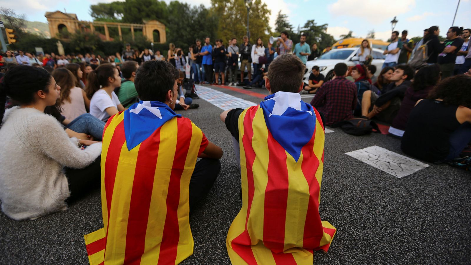 Foto: Estudiantes con esteladas en Barcelona. (Reuters)