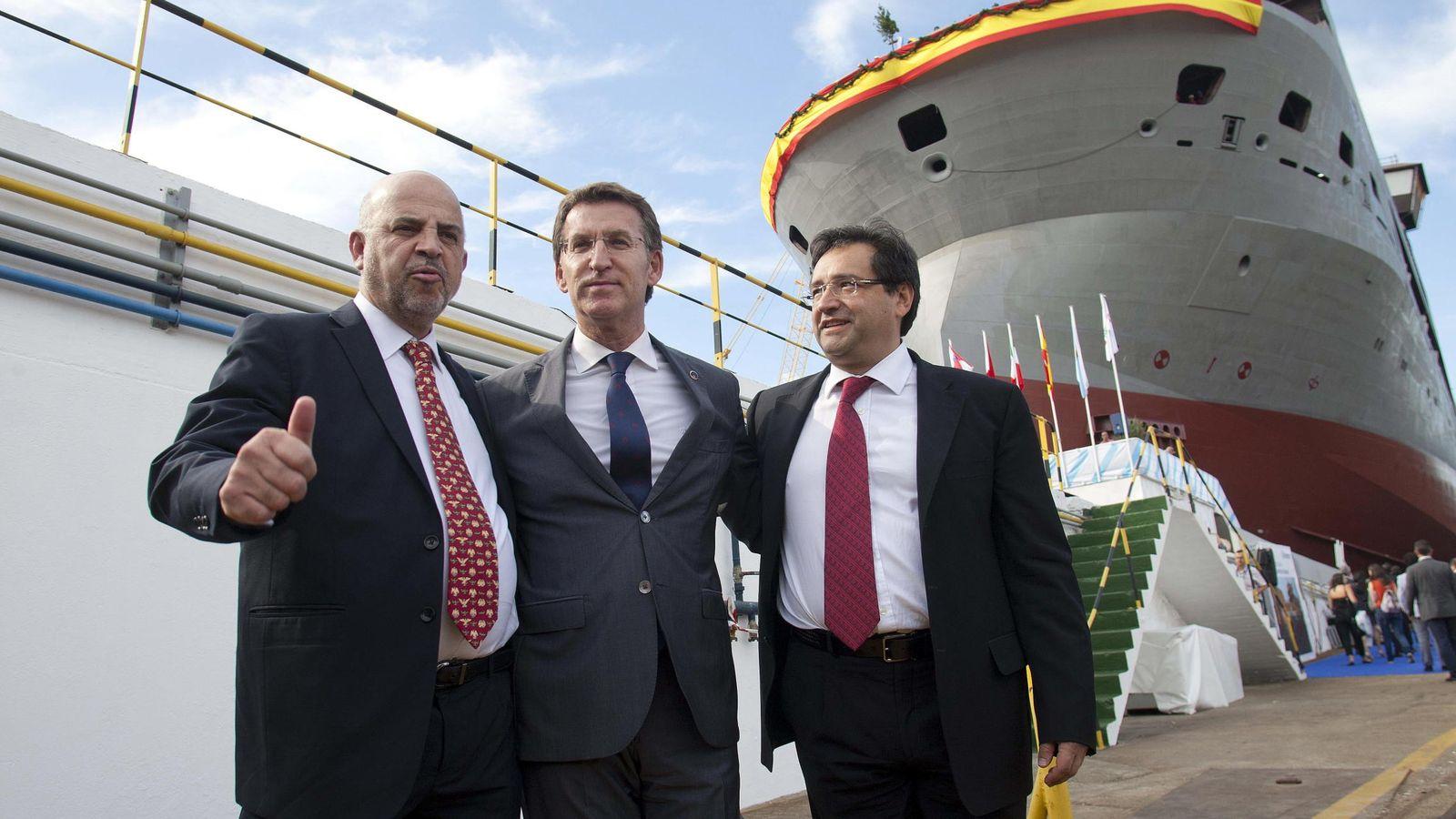 Foto: El coordinador de asesores de Pemex, Carlos Rúa; el presidente de la Xunta, Alberto Núñez Feijóo (c), y el presidente de PMI, José Manuel Carrera, en el astillero vigués Barreras. (EFE)