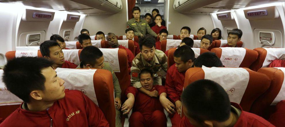 Foto: Un instructor durante un curso de seguridad aérea para guardaespaldas en Pekín (Reuters).
