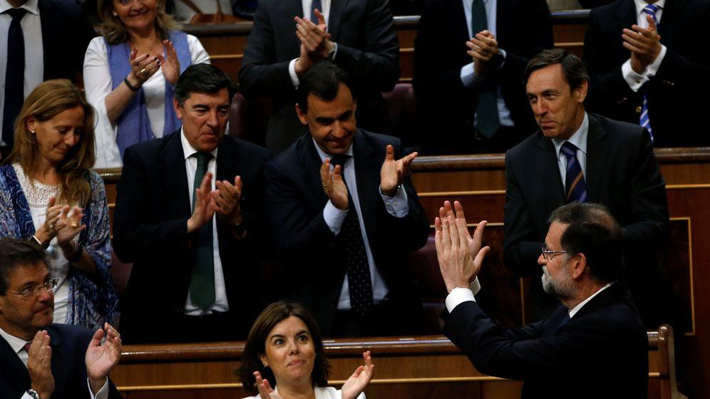 Foto: El presidente del Gobierno, Mariano Rajoy (d, abajo), aplaude con la bancada popular tras la votación. (Reuters)