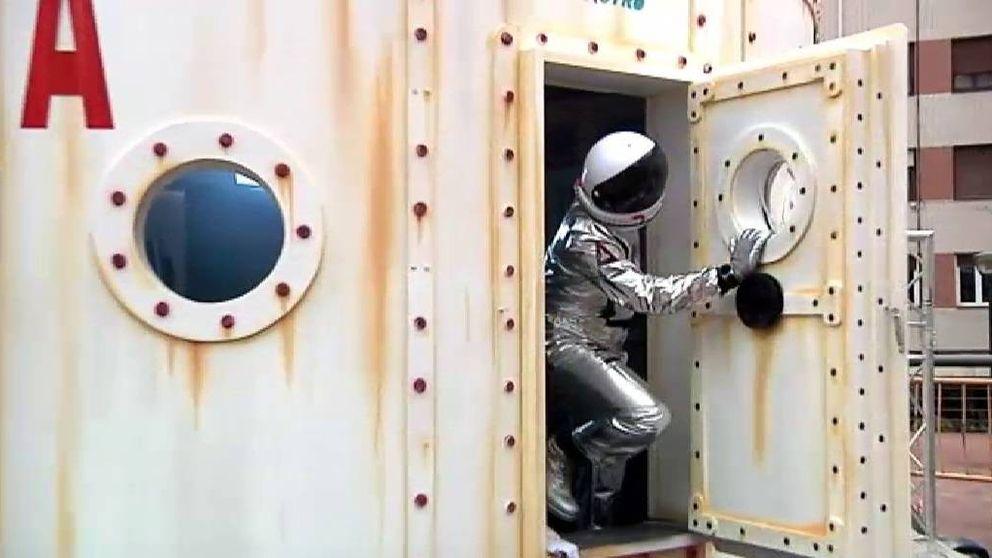 Una pareja de astronautas, de compras por Sestao