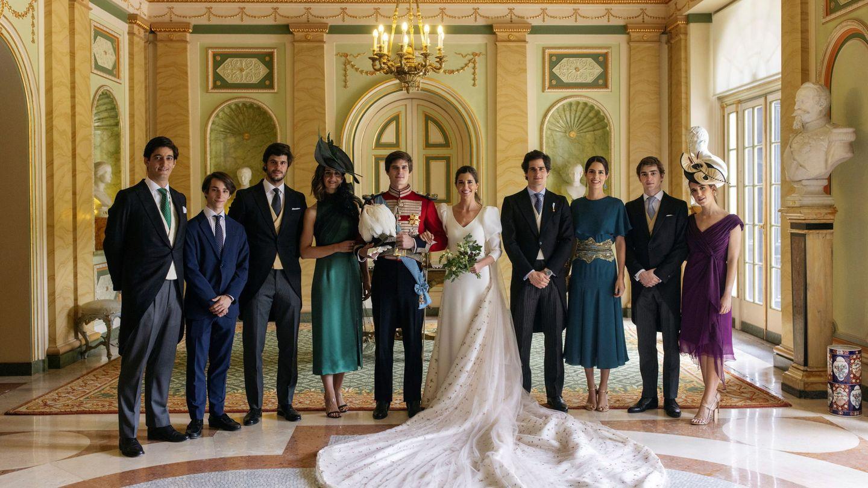 Los novios, con algunos familiares. (Alejandra Ortiz/EFE)