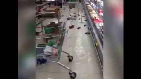Pasillos inundados y peces por el suelo: así quedó un supermercado tras estallar una pecera