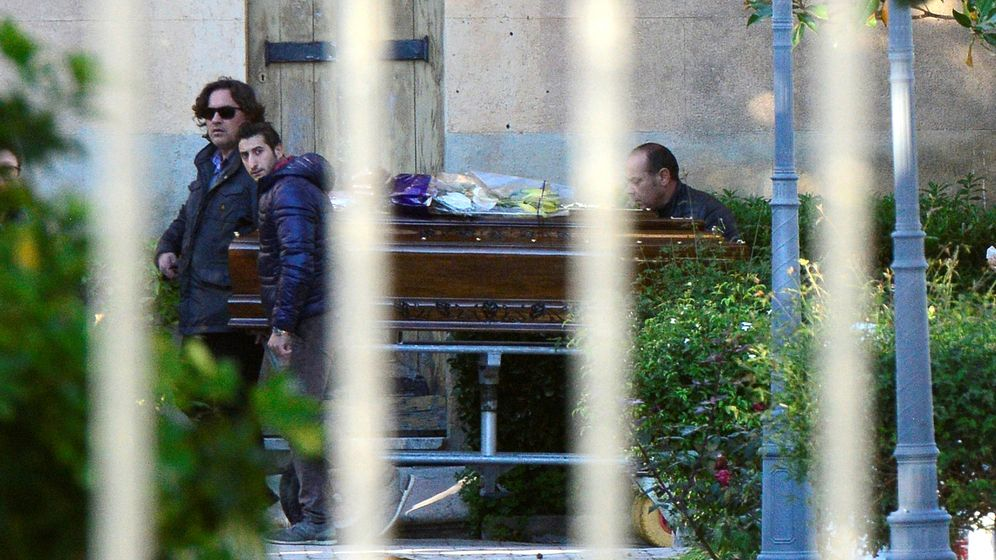 Foto: El ataúd con el cadáver de Toto Riina llega al cementerio de Corleone, en Italia. (Reuters)
