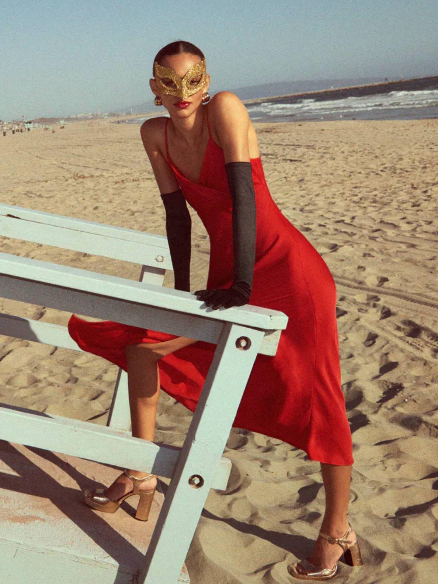Vestido satinado de Zara con escote cruzado. (Cortesía)