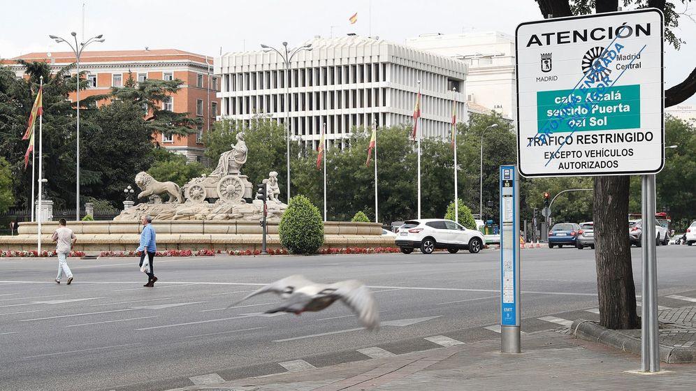 Foto: Vista de una señal vertical de Madrid Central situada en la Plaza de Cibeles. (EFE)