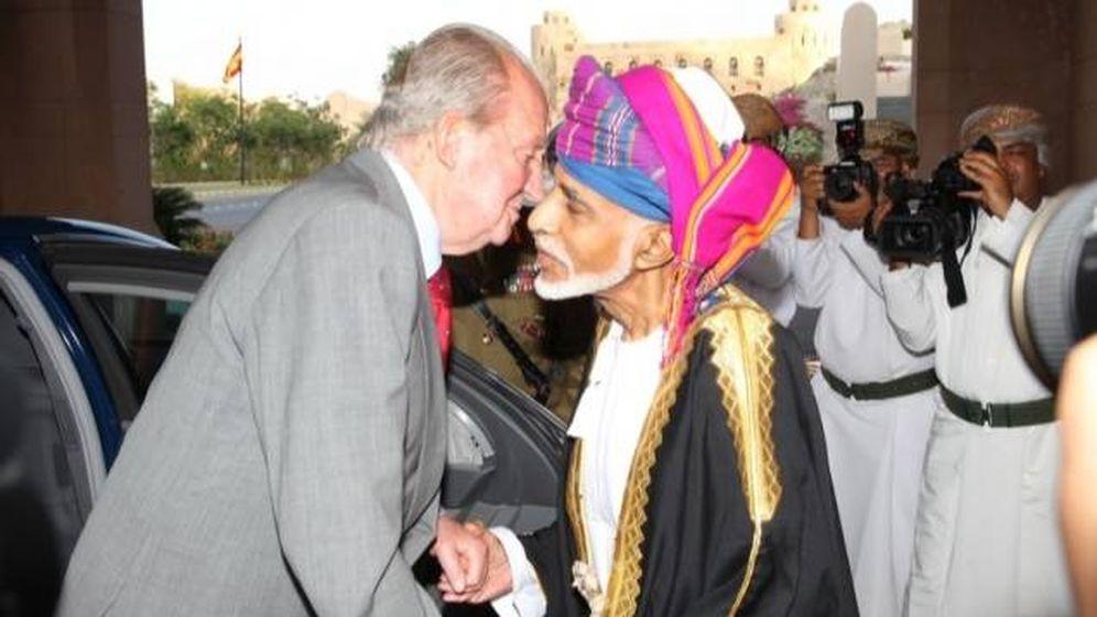 Foto: Juan Carlos I saluda al fallecido sultán de Omán, Qabús bin Said. (Casa Real)