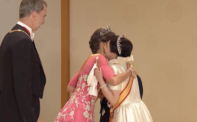 La Reina, abrazando a Masako.