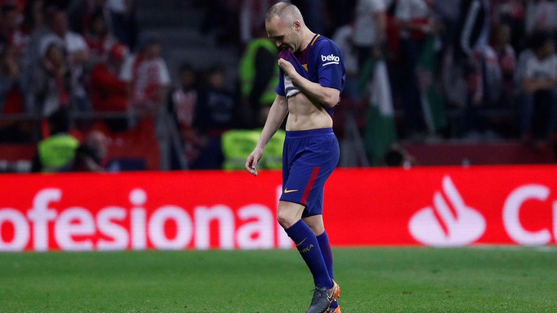 Iniesta se marcha llorando al ser sustituido. (Reuters)