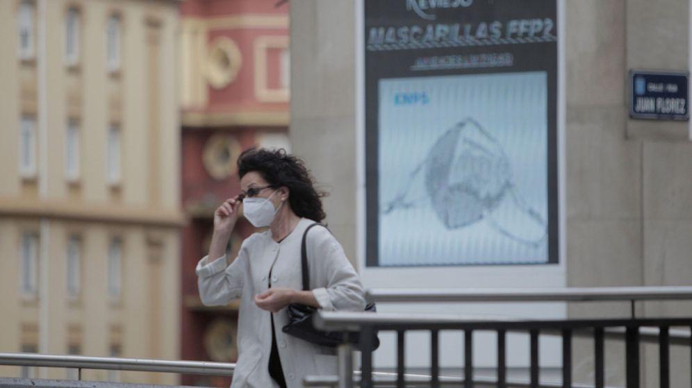 Foto: Una mujer camina por una calle de la ciudad de A Coruña. (EFE)