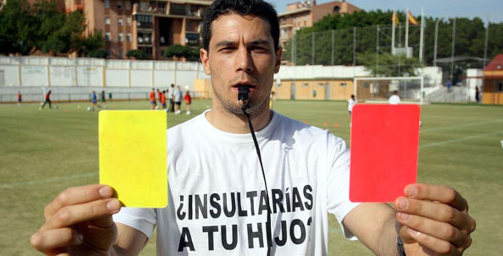 Foto: Ángel Andrés Jiménez, el árbitro que trató de acabar con los insultos en el fútbol (FOTO: www.silbanding.com).