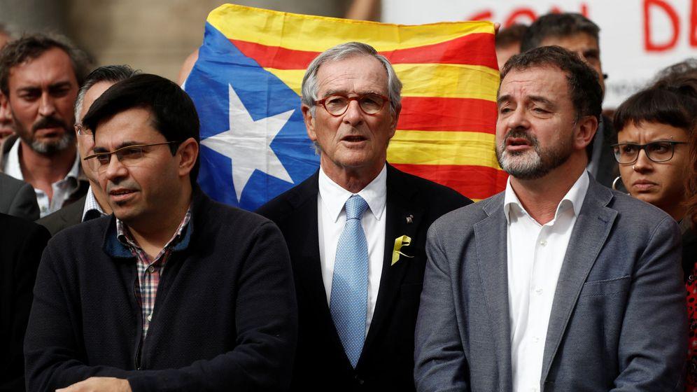Foto: El exalcalde de Barcelona Xavier Trias (centro), en una protesta el jueves contra el encarcelamiento de 'los Jordis'. (Reuters)
