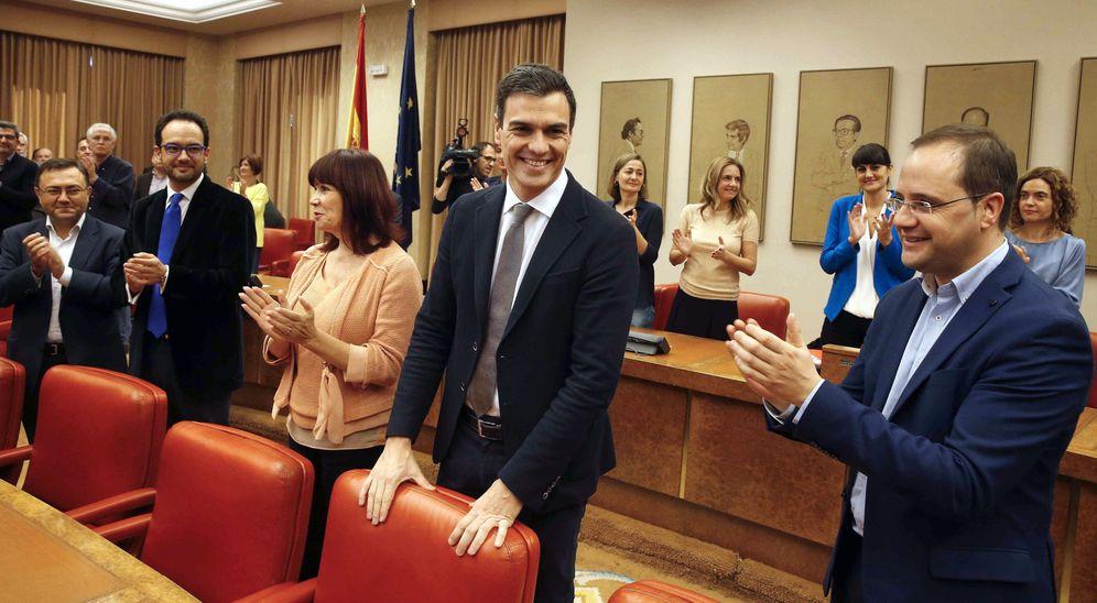 Foto: Pedro Sánchez, con la presidenta del PSOE y su número dos, Micaela Navarro y César Luena, y el portavoz socialista, Antonio Hernando, este 3 de febrero en el Congreso. (EFE)