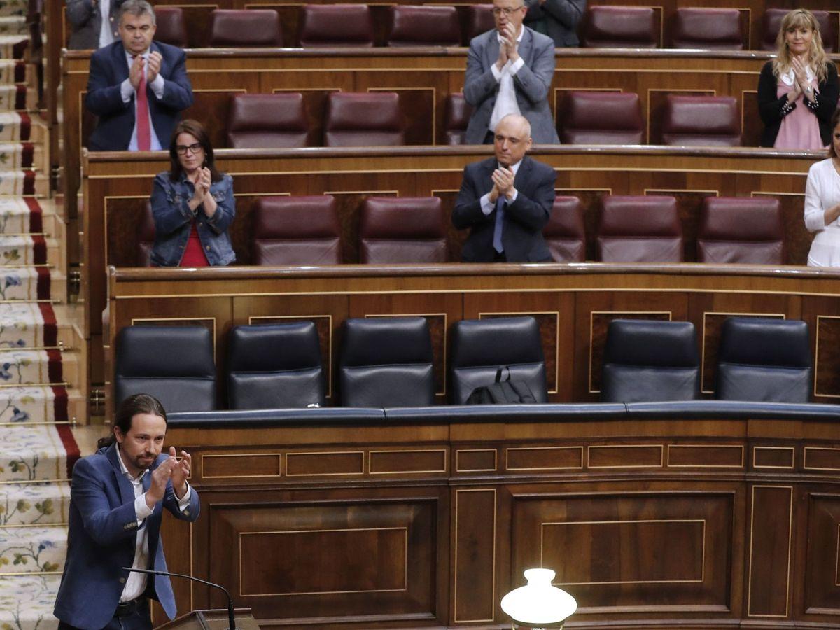 Foto: El vicepresidente segundo y ministro de Derechos Sociales y Agenda 2030, Pablo Iglesias (i), recibe una ovación tras su intervención este miércoles en el Congreso de los Diputados. (EFE)
