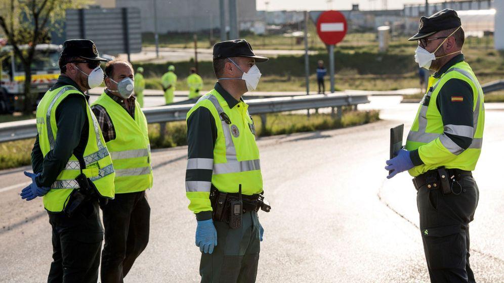 Foto: Agentes de la Guardia Civil se protegen del coronavirus con mascarillas. (EFE)