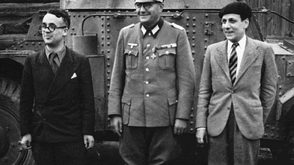 Foto: El escritor Robert Brasillach, a la izquierda, posando con Jacques Doirot y Claude Jeanet en torno a 1943