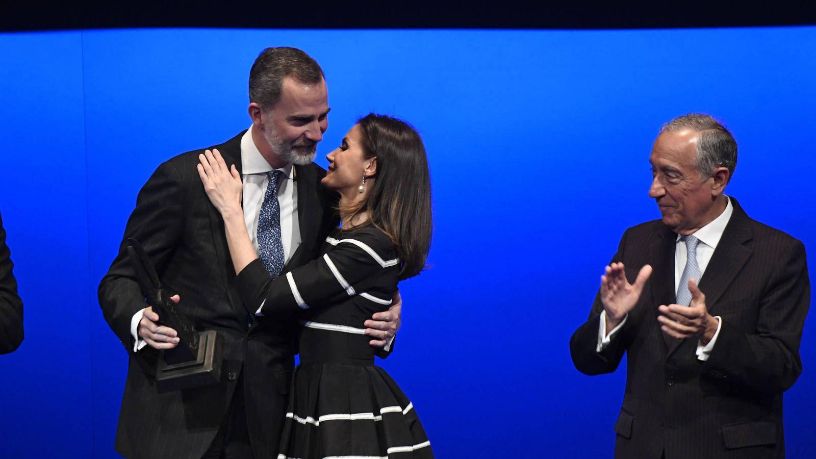 Foto: La Reina felicitando a don Felipe. (Limited Pictures)