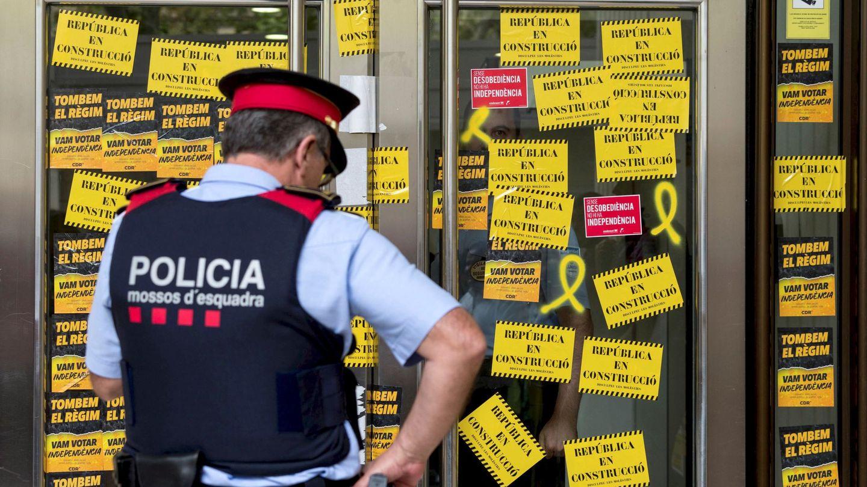 La entrada de la sede de la Bolsa de Barcelona cubierta de pegatinas por los CDR. (EFE)