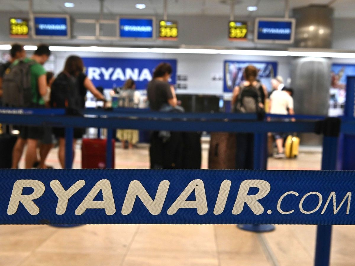Foto: Pasajeros en los mostradores de Ryanair en el aeropuerto de Madrid-Barajas (EFE)