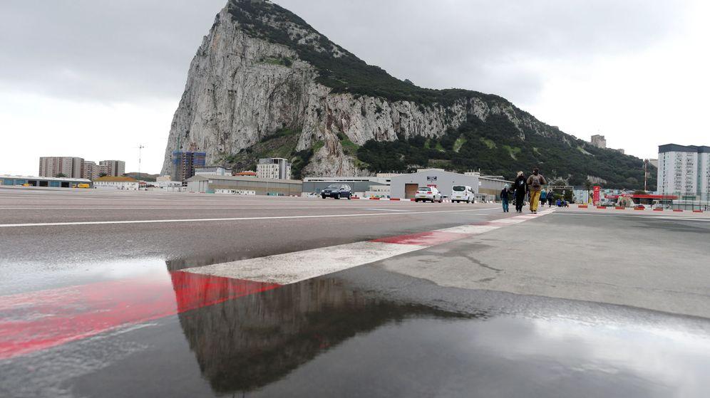 Foto: Peatones cruzan la pista del aeropuerto de Gibraltar (REUTERS)