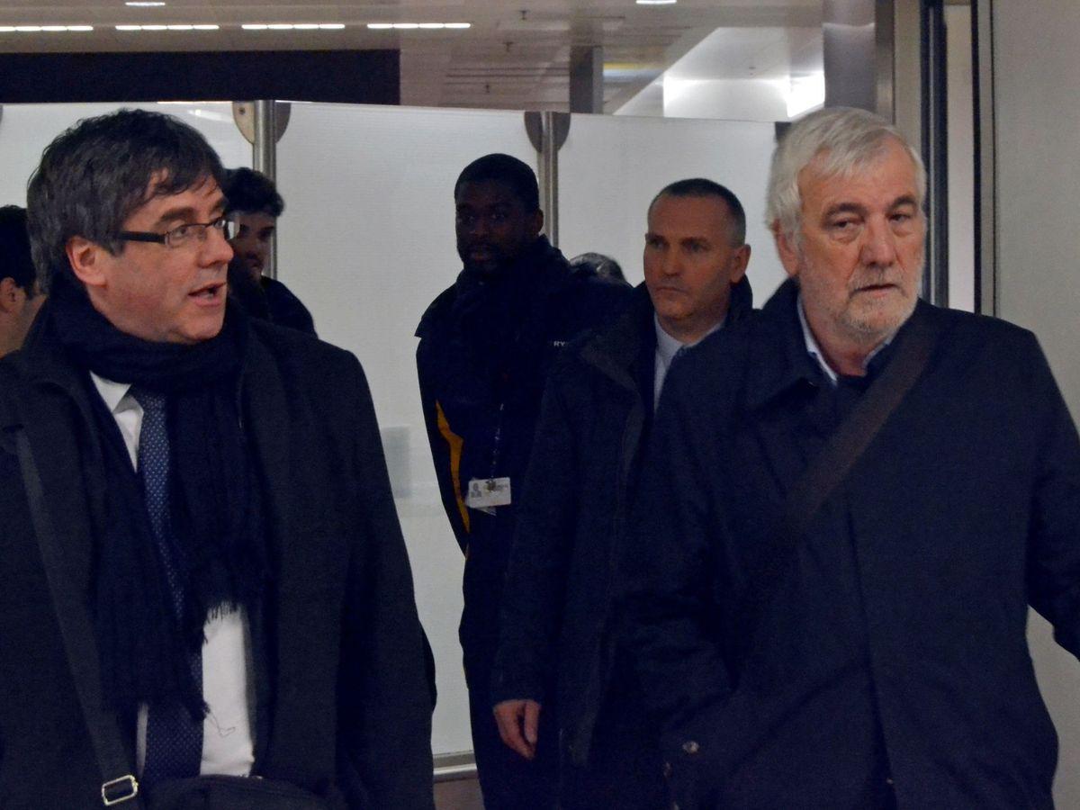 Foto: Carles Puigdemont, junto a su escudero, Josep Maria Matamala. (EFE)