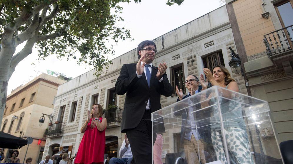 Foto: Carles Puigdemont (2i) durante el acto de campaña 'Sí al mejor país' en Barcelona. (EFE)