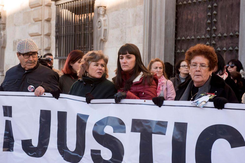 Foto: Protesta de los familiares de las víctimas del crimen (EFE)