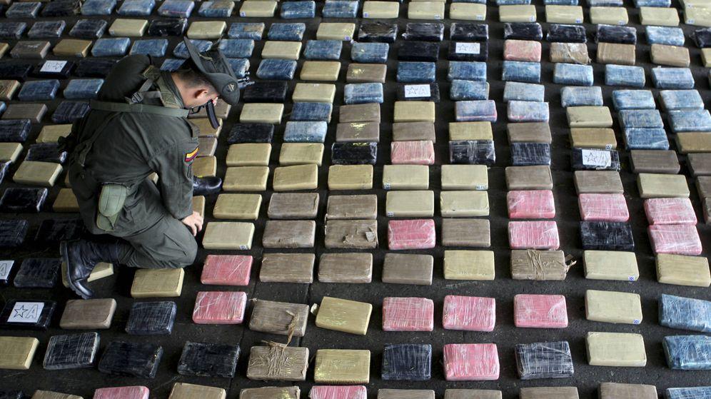 Foto: Policía antinarcóticos de Colombia inspecciona un cargamento de cocaína en Buenaventura. (Reuters)