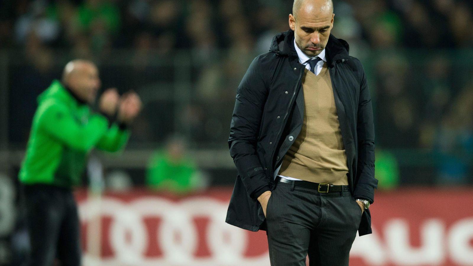 Foto: Pep Guardiola, cabizbajo, durante el Borussia Moenchengladbach-Bayern (EFE)