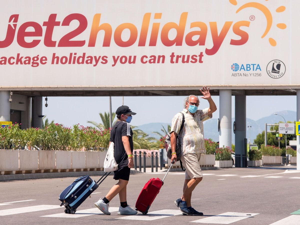 Foto: Varios turistas se dirigen a la terminal de salida del aeropuerto de Palma. (EFE)
