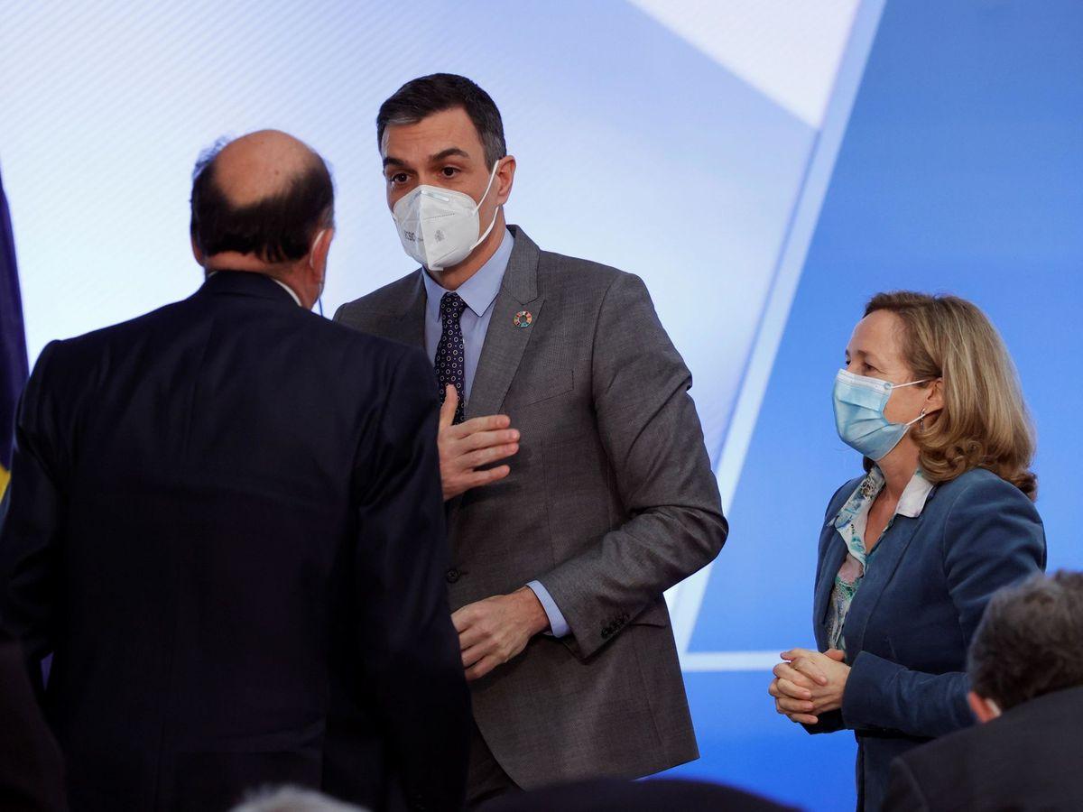 Foto: El presidente del Gobierno, Pedro Sánchez, junto a la vicepresidenta Gobierno y ministra de Asuntos Económicos y Transformación Digital, Nadia Calviño. (EFE)