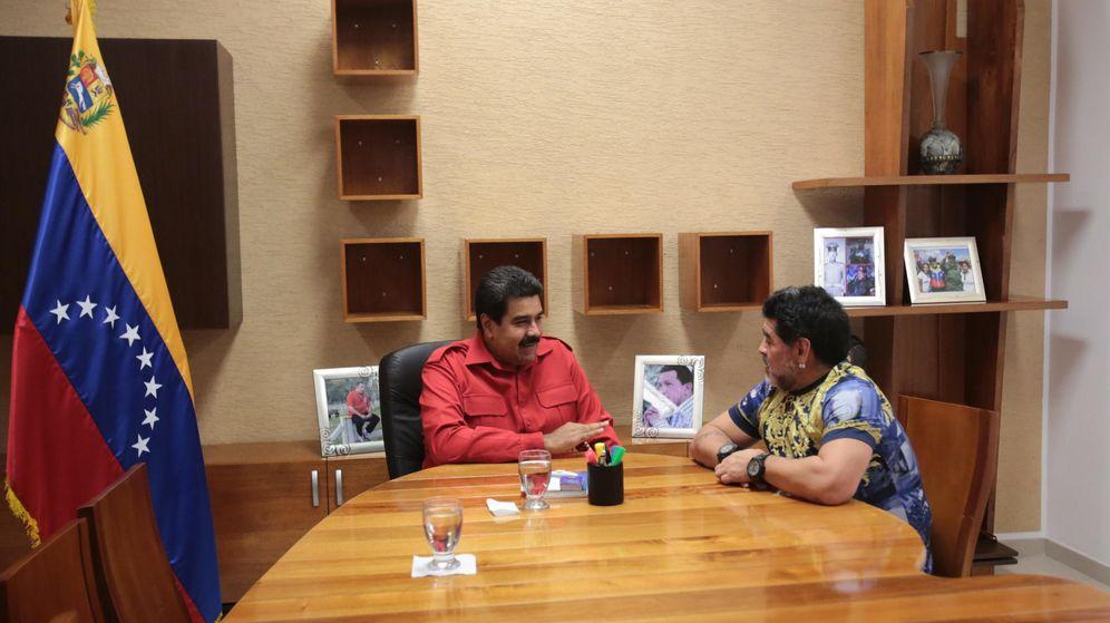 Foto: Nicolás Maduro y Diego Maradona en una reunión celebrada en diciembre de 2014 en Caracas. (EFE)
