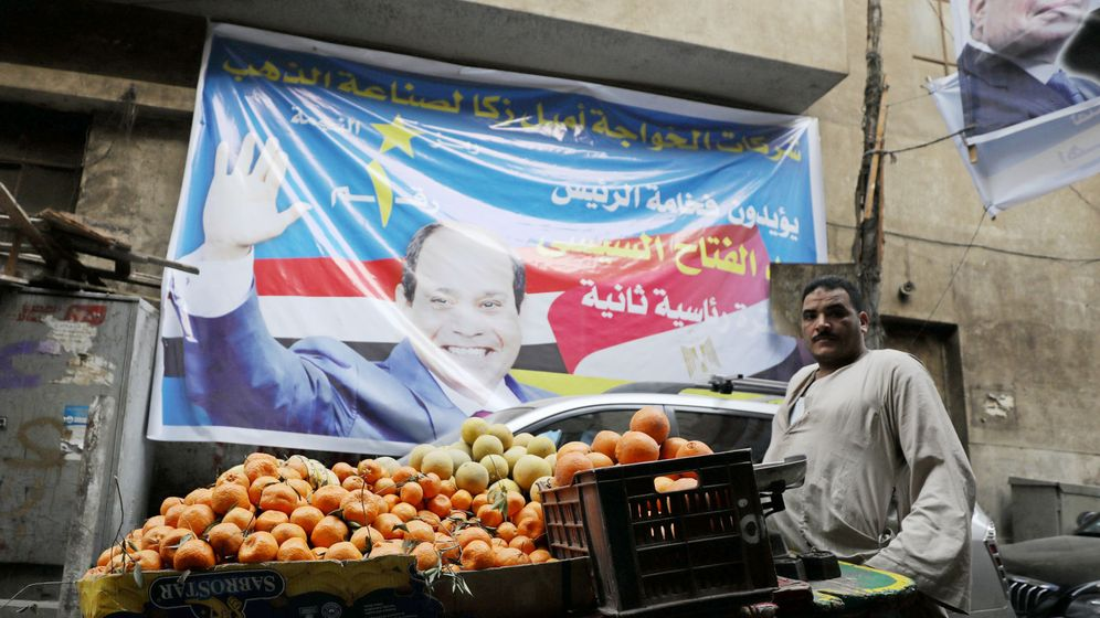 Foto: Un vendedor de fruta ofrece su producto bajo un cartel electoral del presidente Abdel Fatah al Sisi, en El Cairo, el 19 de marzo de 2018. (Reuters)